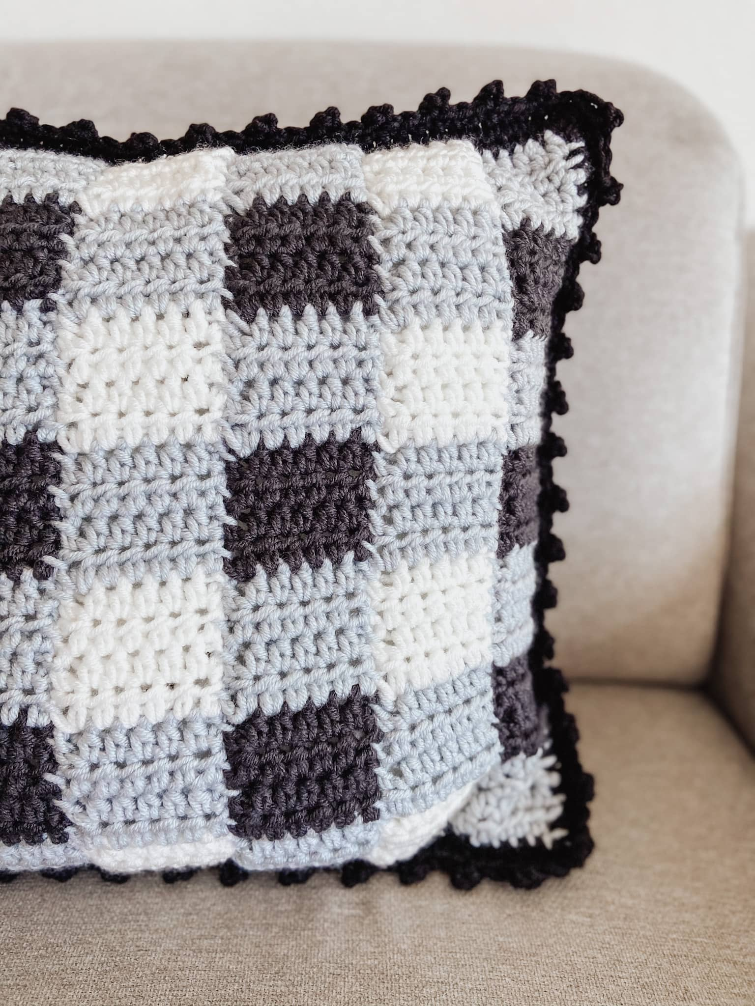 Simple Gingham Crochet Pillow Cover | FREE PATTERN